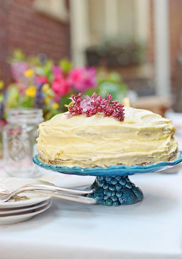 backyard-outdoor-spring-cake-idea-blue-turquoise-cake-plate