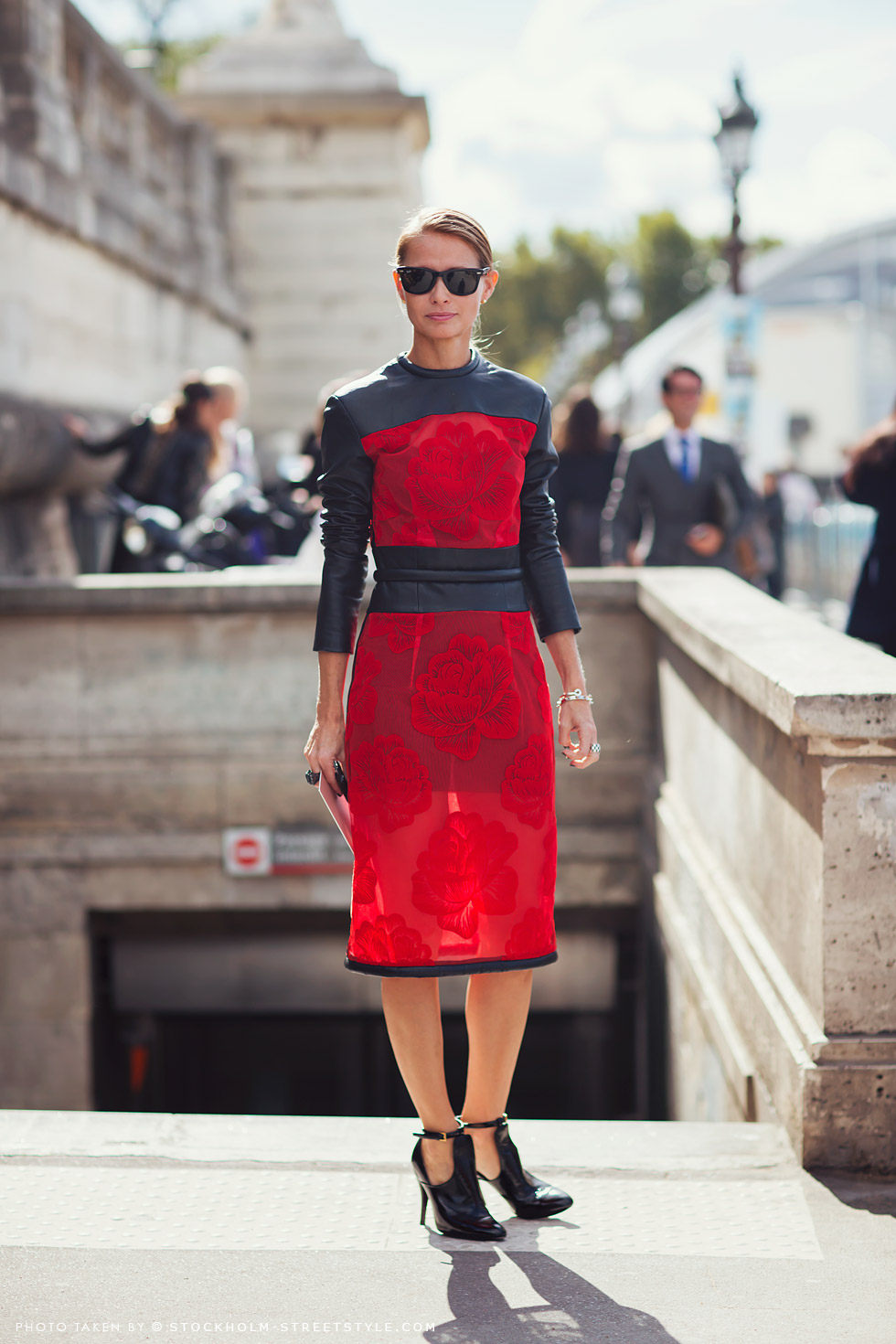 red black roses dress street style