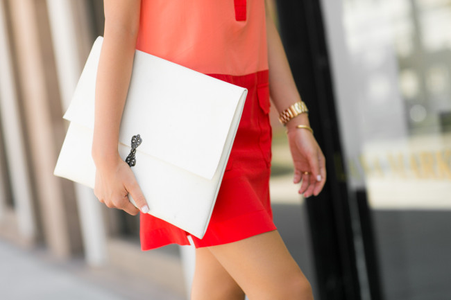 colorblock summer shift dress white clutch