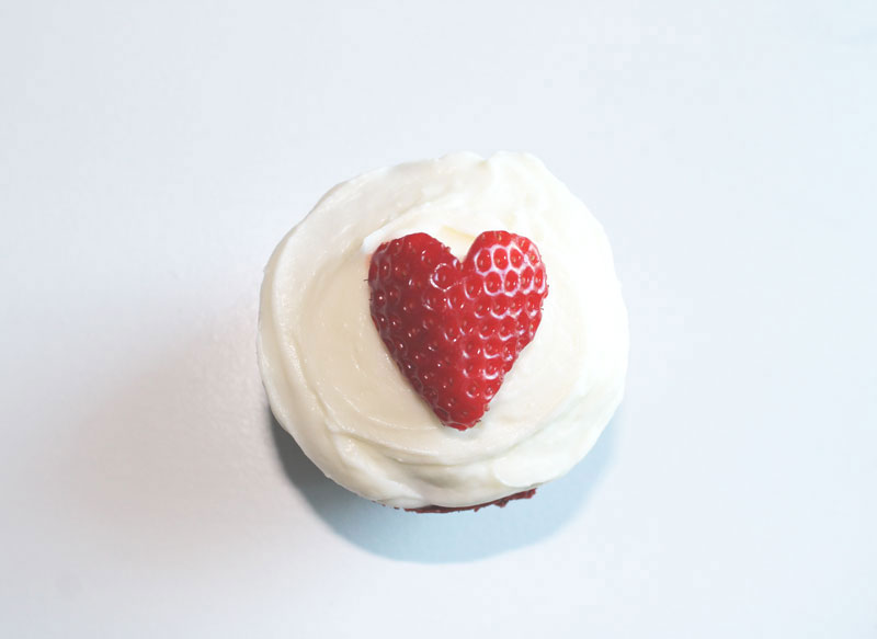 Red-Velvet-Cupcakes-with-Cream-Cheese-Frosting-+-strawberry-hearts---mini----The-Hummingbird-Bakery---glitterinc.com