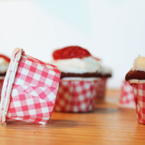 Red-Velvet-Cupcakes-with-Cream-Cheese-Frosting---minis---The-Hummingbird-Bakery---strawberry-hearts---glitterinc.com