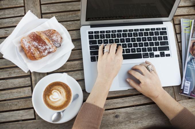 temple-coffee-sacramento-computer-blogging-hands