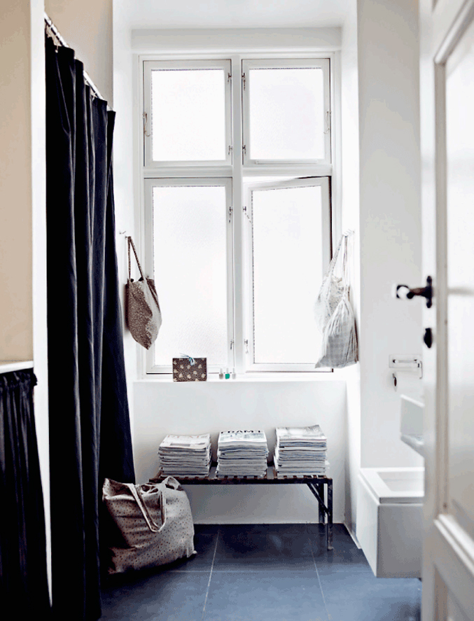 Danish-Home-Black-White---bathroom
