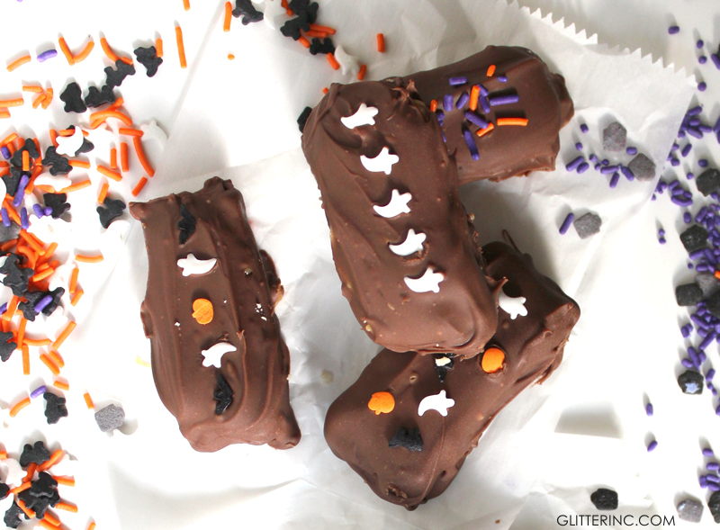 How to make simple and amazing homemade DIY twix bars - perfect for Halloween! Click through for the details. | glitterinc.com | @glitterinc