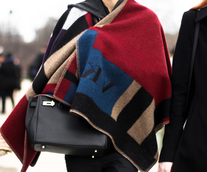 streetstyle-outfit-burberry-cape-models-of-dutty-paris-fashion-week-2
