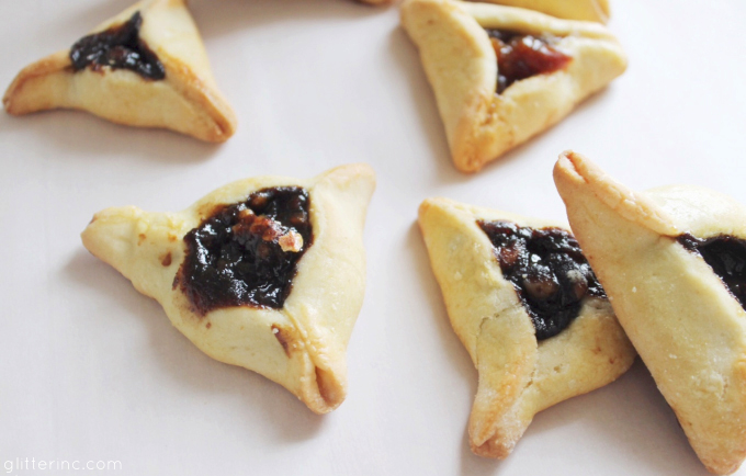 How to Make Homemade Hamentashen:Every year around this time - the Jewish holiday of Purim, to be exact - my oh-so-talented mom makes the world's best hamantash, also spelled hamentasch, hamantashen or hamentaschen. Buttery, sweet, and perfectly soft, these are by far the best hamentash recipe around.)