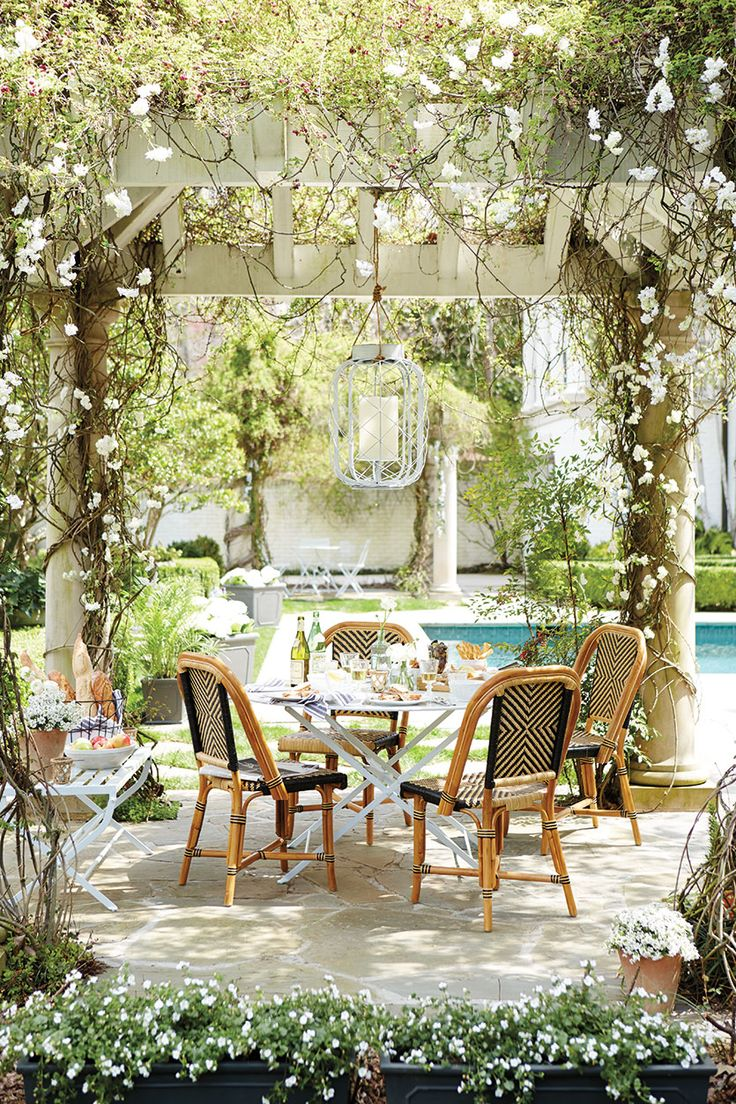 10 favorite outdoor dining spaces glitter inc glitter inc for Outdoor dining sets for small spaces