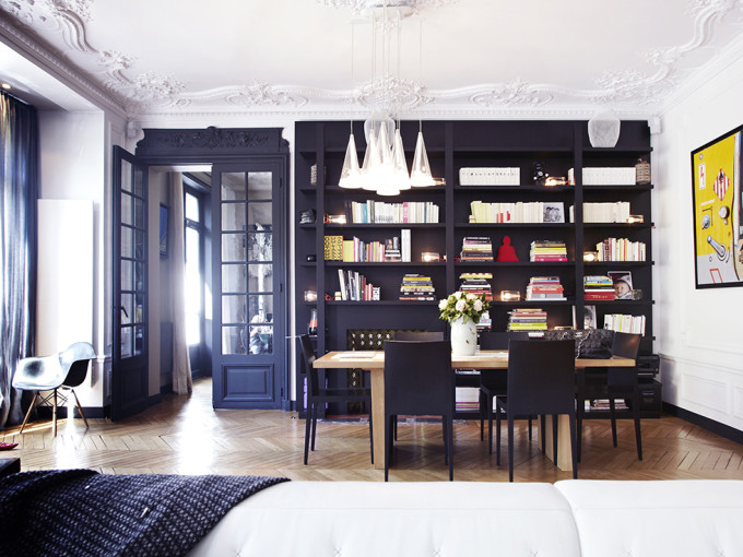 Un-intérieur-parisien-so-chic-paris-french-design-crown-decorative-molding