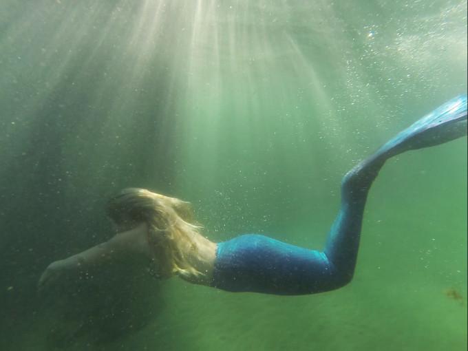 Mermaid-Underwater-Photo-Shoot---swimming---glitterinc.com