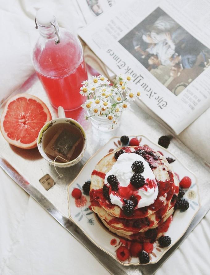 Breakfast in Bed - Weekend Love Notes    glitterinc.com