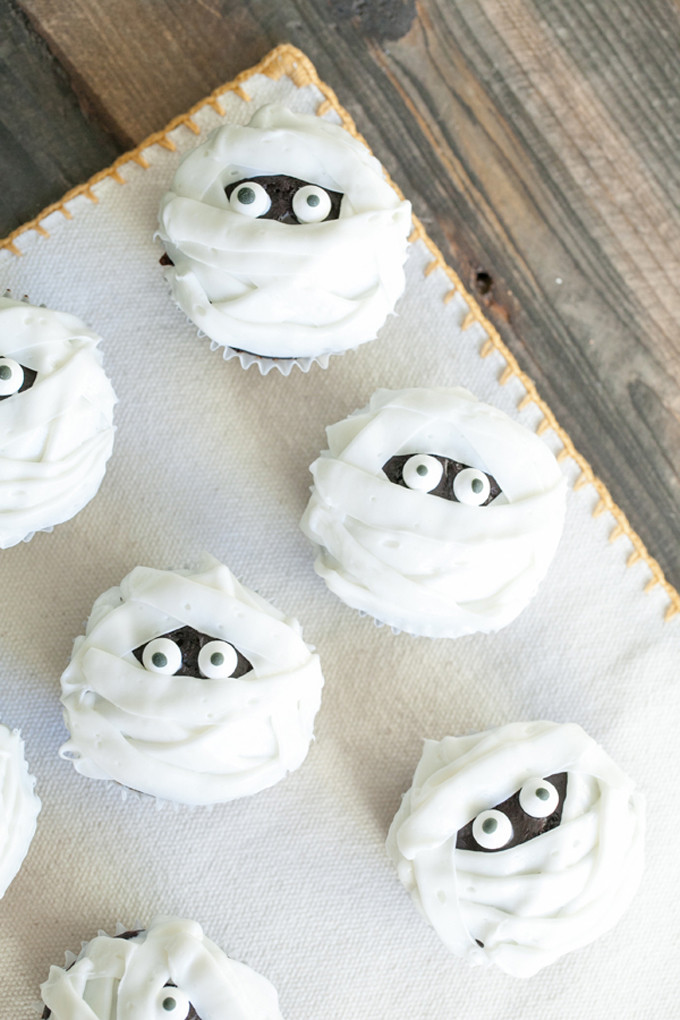 Chocolate and Vanilla Mummy Cupcakes for Halloween