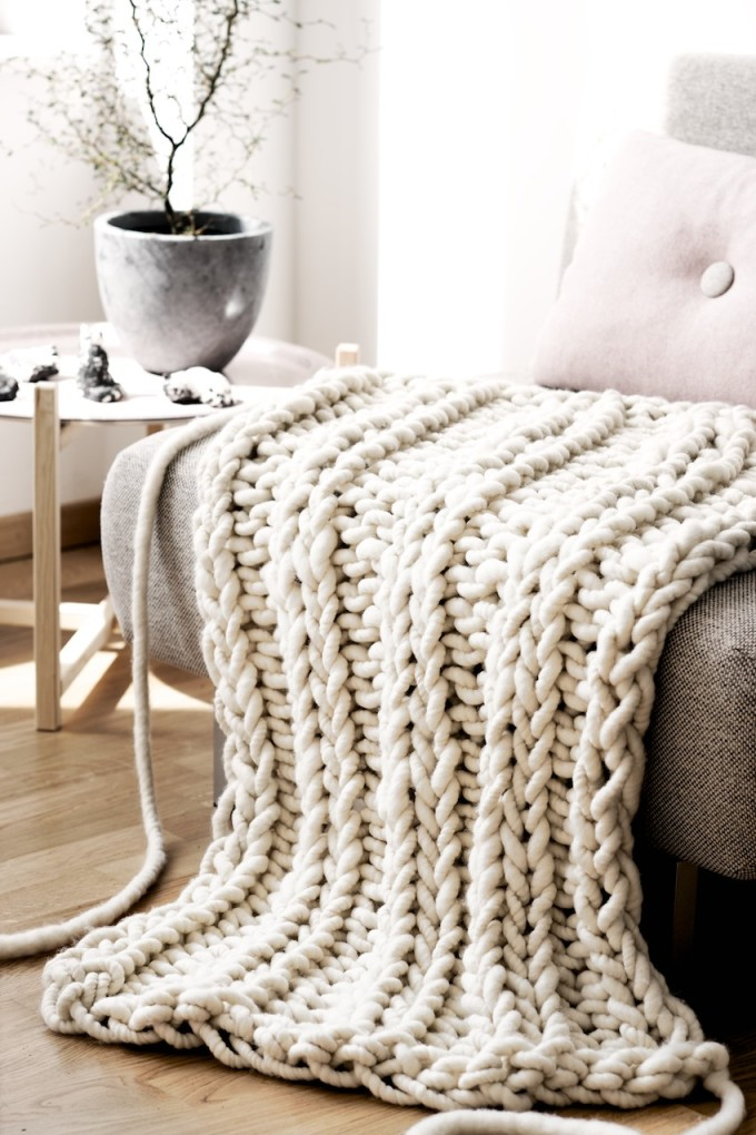 The Giant Oversized Chunky Knit Throw Blanket - Find out where to buy one (or make your own!) - big loopy mango oversized giant knit throw blanket.  Click through for the details. | glitterinc.com | @glitterinc