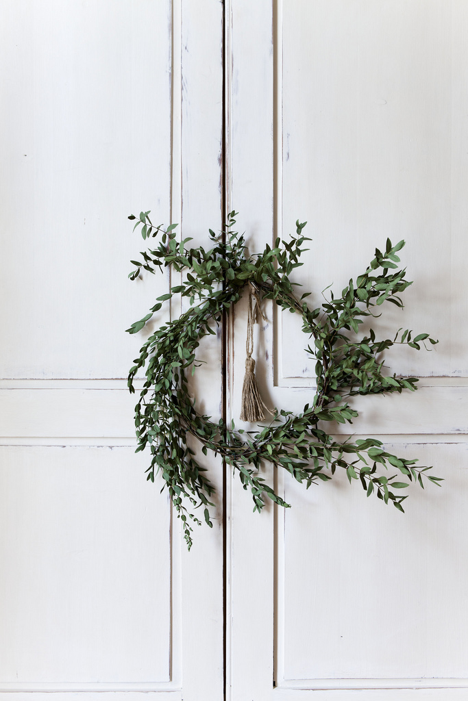 15 Natural Unique Wreaths for the Holidays and Christmas with plenty of options to shop or DIY. | glitterinc.com | @glitterinc