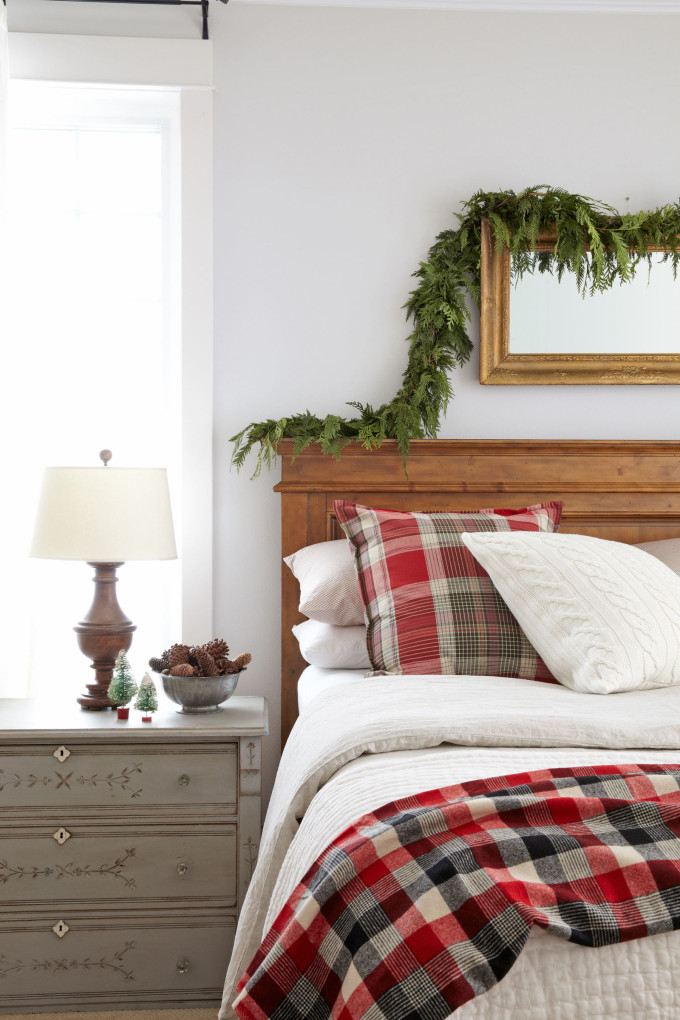 natural christmas - garland in the bedroom -all-through-the-house-bedroom-0114-s2