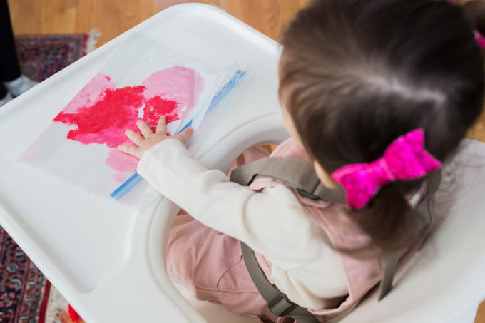 Kid and Toddler-Friendly (and Mess-Free) DIY Painted Valentine's Day Cards - This finger painting project is such a fun first craft for your little ones!