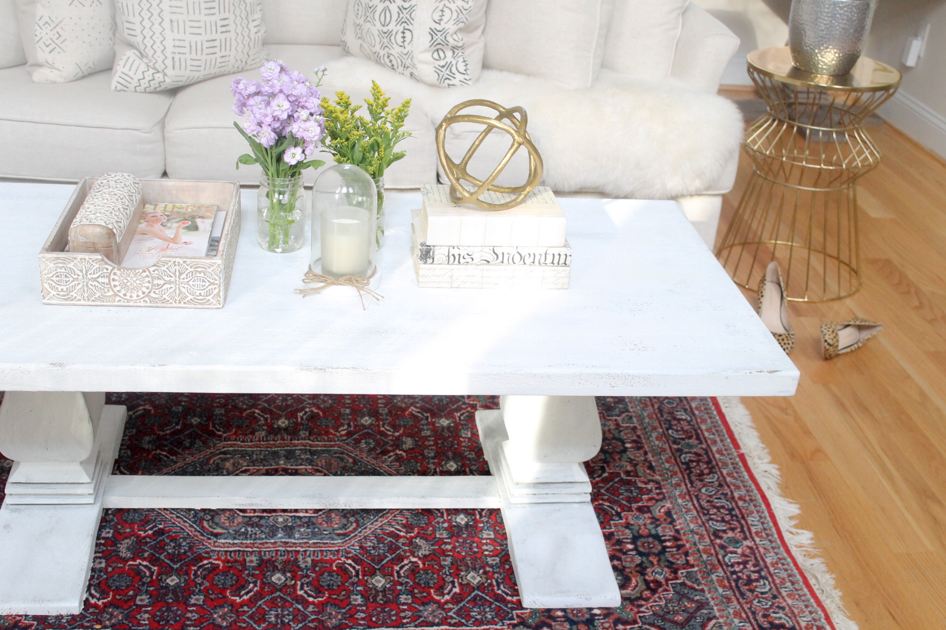 how to distress a shabby chic coffee table the easy way glitter inc. Black Bedroom Furniture Sets. Home Design Ideas