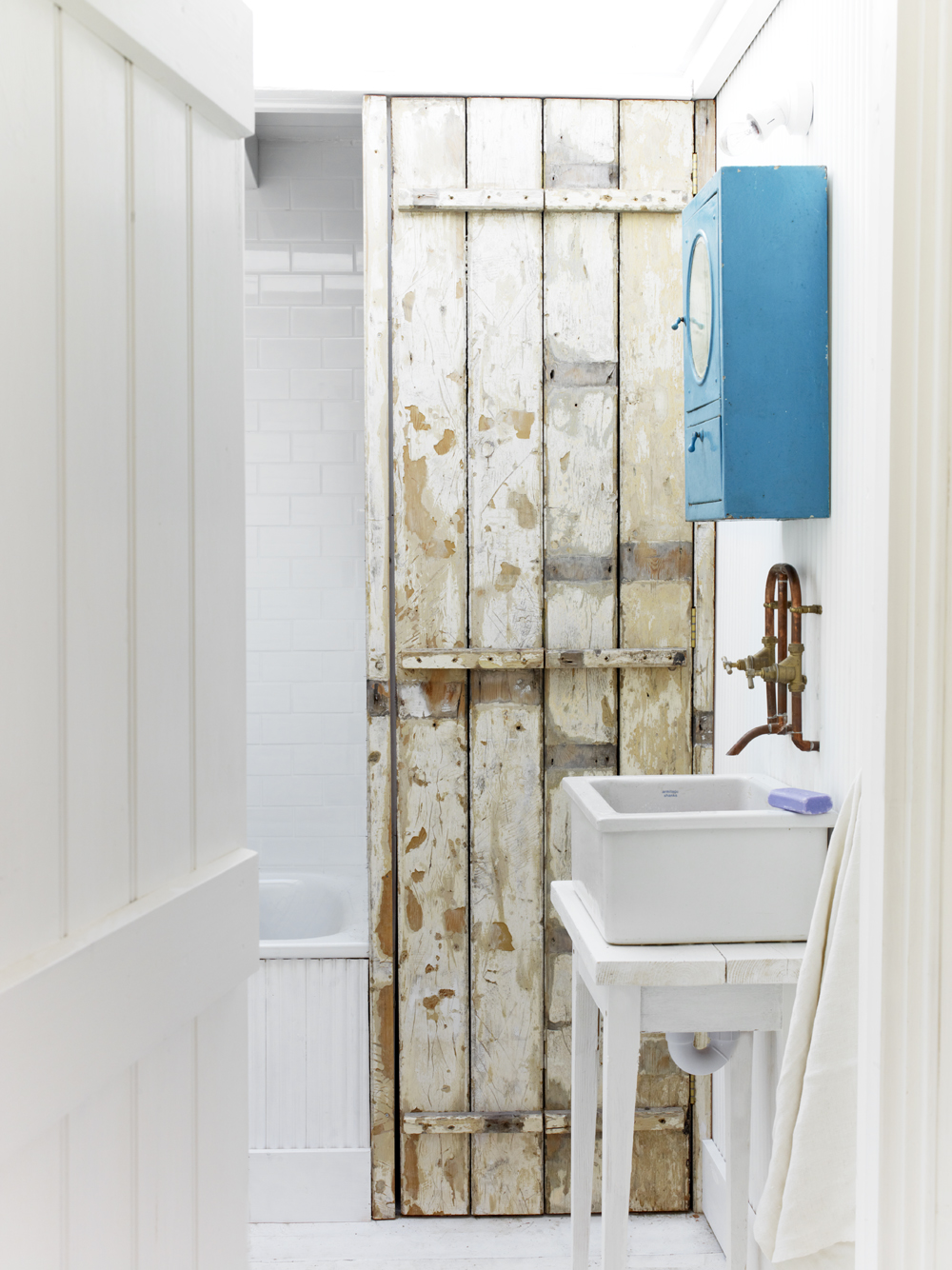 Take a tour of the gorgeous White Cabin in the village of Winchelsea, a beach town in East Sussex, South England. - Bathroom
