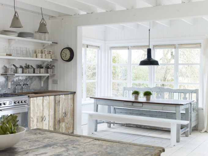 Take a tour of the gorgeous White Cabin in the village of Winchelsea, a beach town in East Sussex, South England. - Dining Room