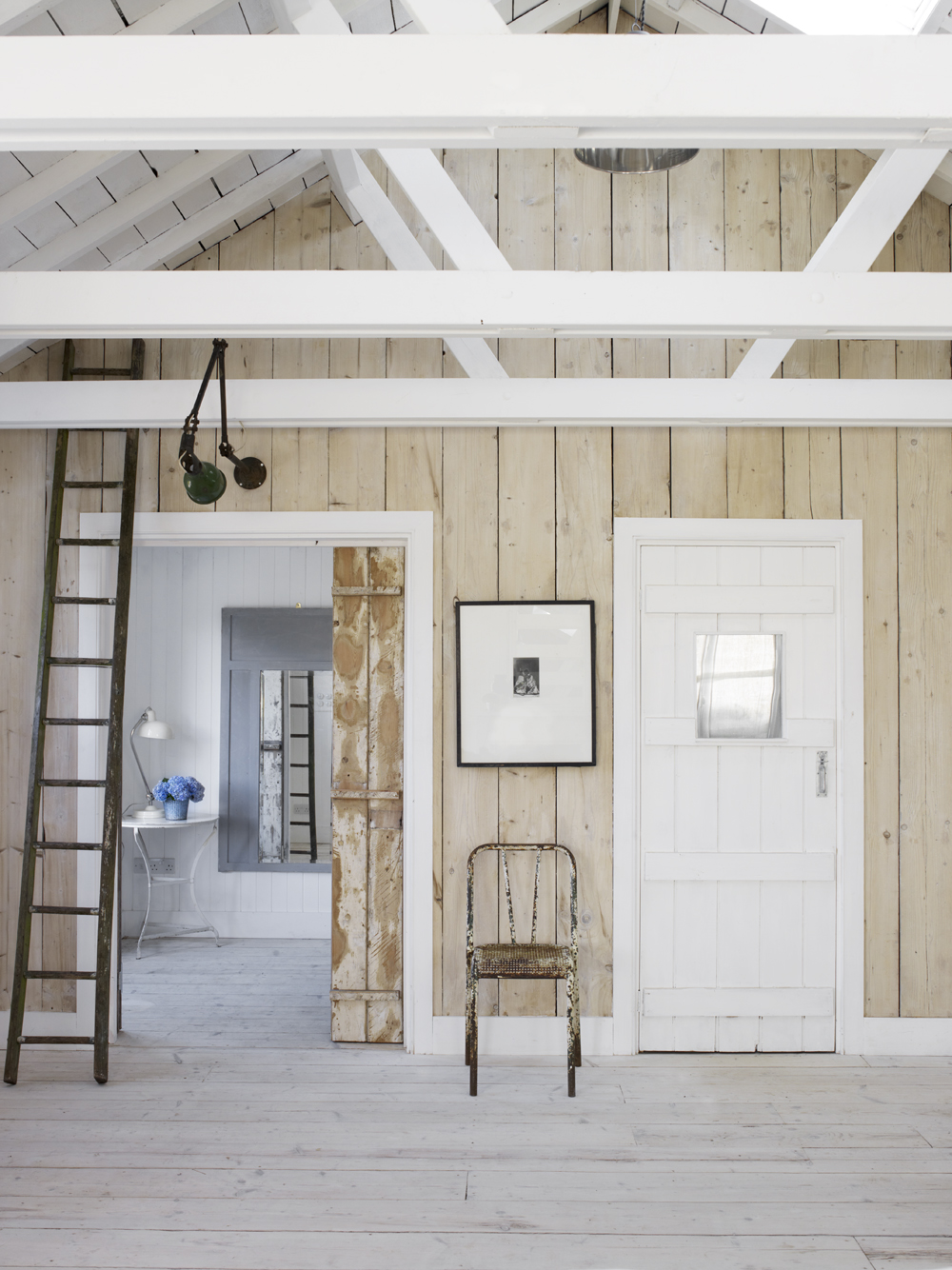 Take a tour of the gorgeous White Cabin in the village of Winchelsea, a beach town in East Sussex, South England. - Exposed Beams