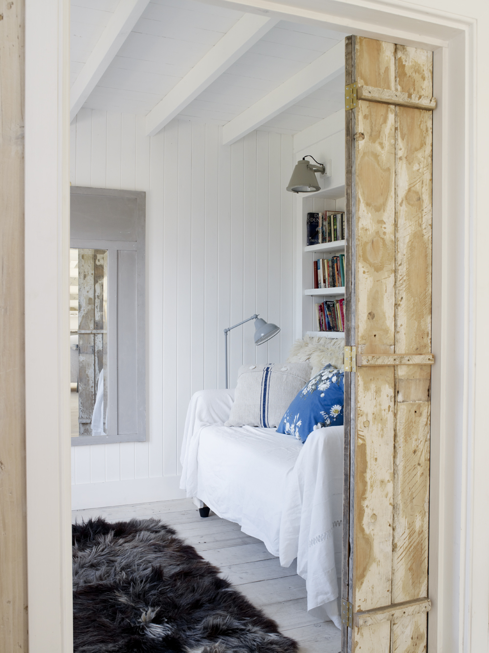 Take a tour of the gorgeous White Cabin in the village of Winchelsea, a beach town in East Sussex, South England. - Rustic Barn Door