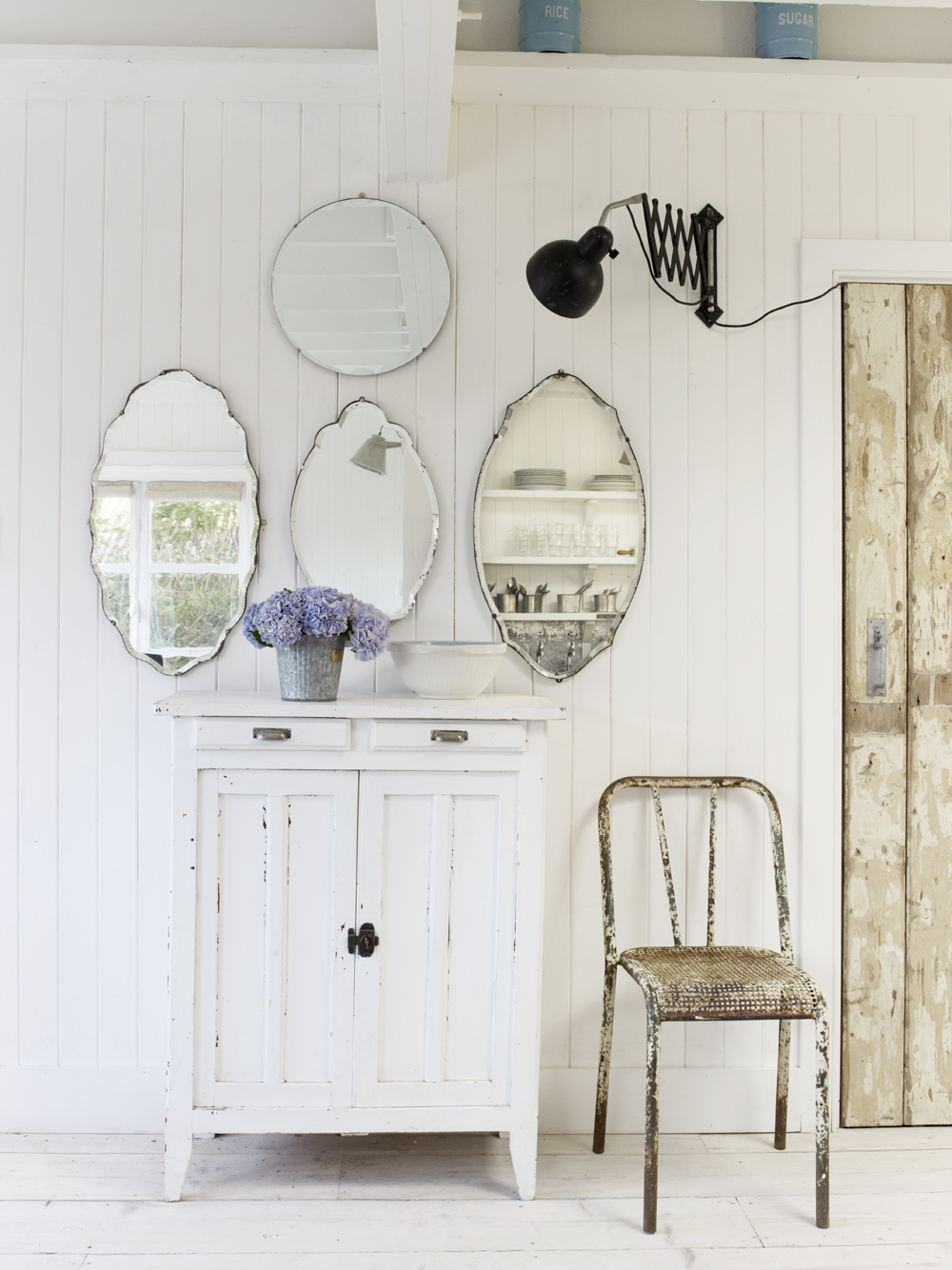 Take a tour of the gorgeous White Cabin in the village of Winchelsea, a beach town in East Sussex, South England. - Vintage Mirrors Gallery Wall