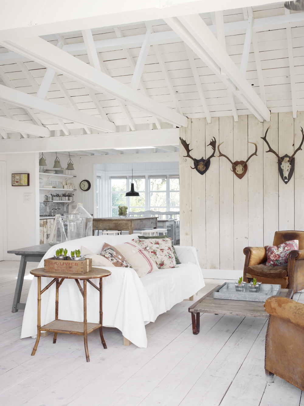An english white cabin beach home tour glitter inc for Decoration maison white