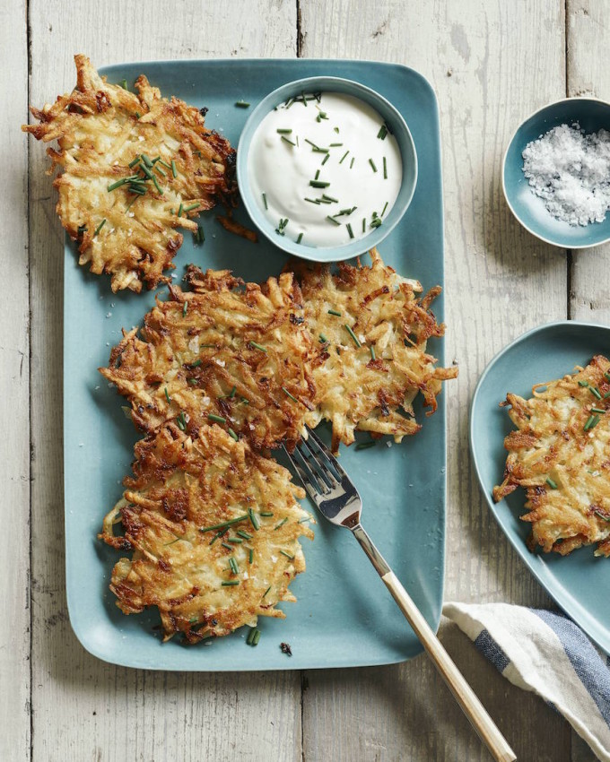 Crispy Potato Latkes (+ 15 Favorite Passover Seder Meal Recipes - These are all so yummy whether you're making your own Seder dinner or bringing a dish for a party!)