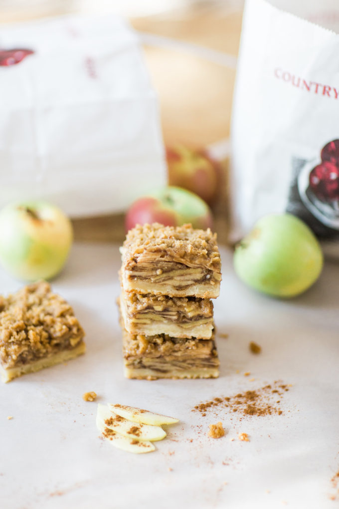 How to Make the Most Amazing Apple Crisp Shortbread Bars. Click through for the recipe. | glitterinc.com | @glitterinc