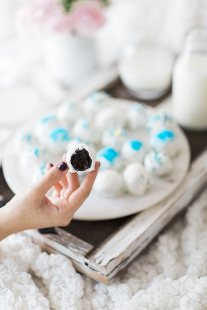 How to Make Hanukkah OREO Cookie Balls. Click through for the easy Holiday recipe. | glitterinc.com | @glitterinc