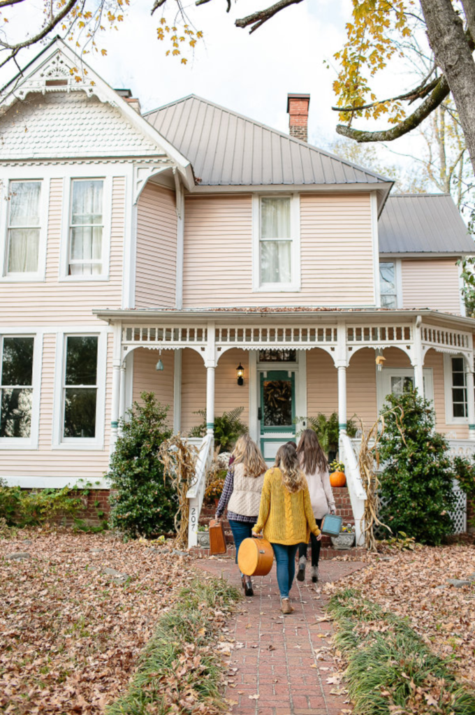 A few little love notes to the things I loved most this week, including a Gilmore Girls inspired bachelorette weekend. Click through for the details. | glitterinc.com | @glitterinc