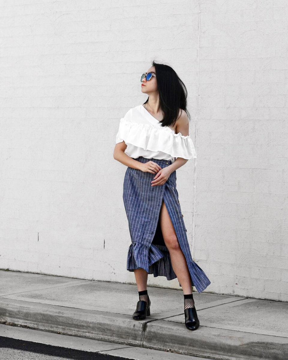 Fishnet socks and slides with Spring and Summer vibes. By the way, Fishnets Are Back: Here are 18 Chic Ways to Wear Them.   glitterinc.com   @glitterinc