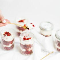 red-velvet-cupcakes-in-a-jar-spoon-2