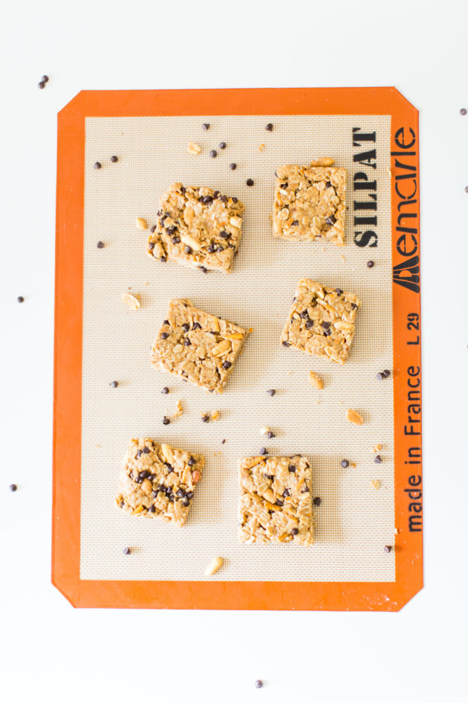 How to make our favorite dairy-free soft chocolate chip pretzel granola bars. Click through for the easy recipe. | glitterinc.com | @glitterinc