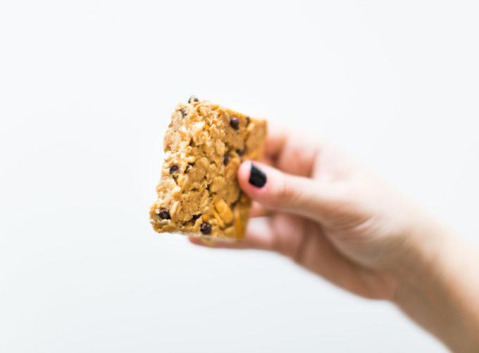 How to make our favorite dairy-free soft chocolate chip pretzel granola bars. Click through for the easy recipe.   glitterinc.com   @glitterinc