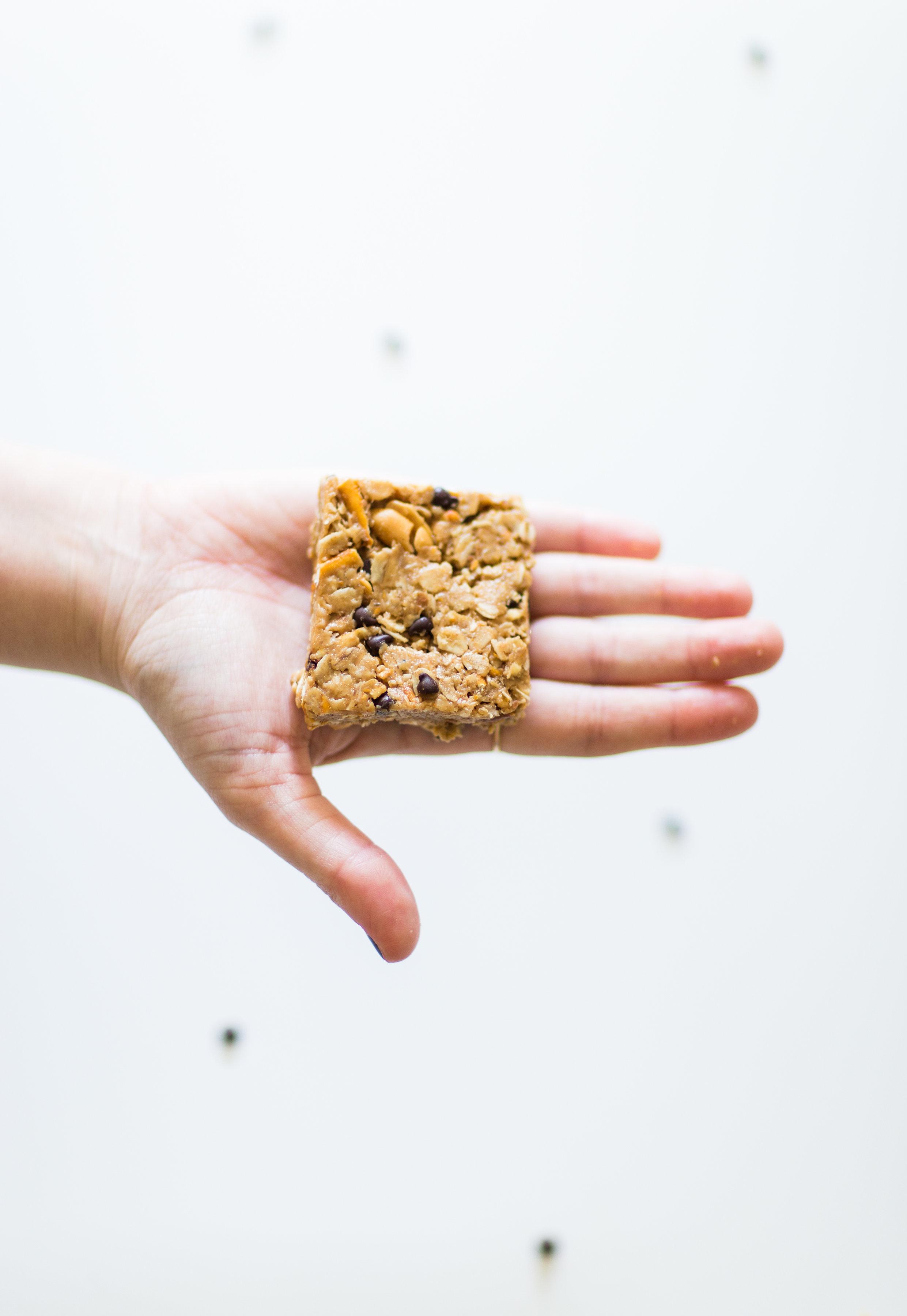 How to make our favorite dairy-free soft chocolate chip pretzel granola bars. Click through for the easy recipe. | glitterinc.com | @glitterinc