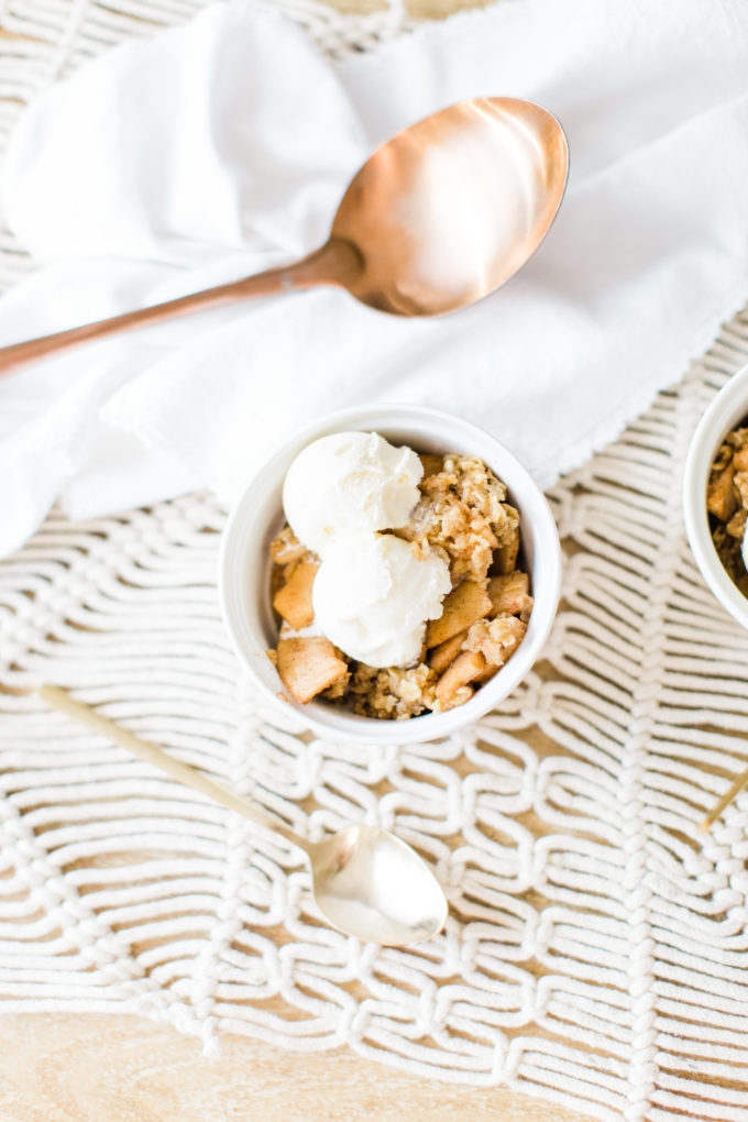 Foodie blogger Lexi of Glitter, Inc. shares how to make no-fuss slow cooker apple crisp, full of juicy apples, warm brown sugar, and a buttery crumbly topping. Click through for the recipe.   glitterinc.com   @glitterinc