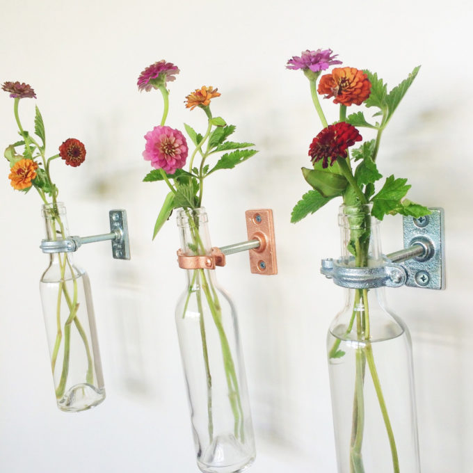 A great idea for easy home decor. These hanging flower vases can be hung anywhere! Click through for the details. | glitterinc.com | @glitterinc
