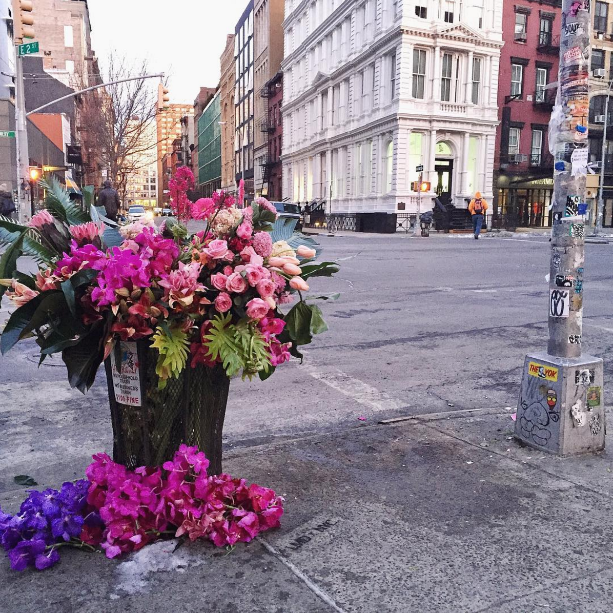 Pop-Up Flower Flashes: New York City's Flower Bandit. Click through for the details. | glitterinc.com | @glitterinc