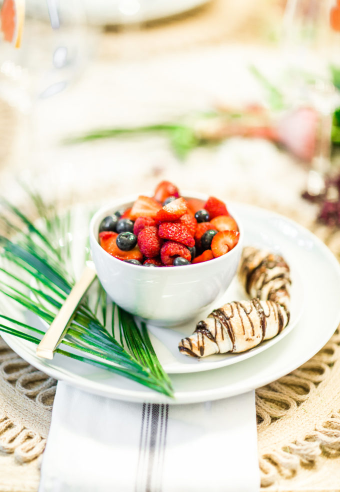 Lifestyle and Entertaining blogger Lexi of Glitter, Inc. shares her 5 Steps to An Unforgettable, Easy and Chic Summer Brunch.   glitterinc.com   @glitterinc