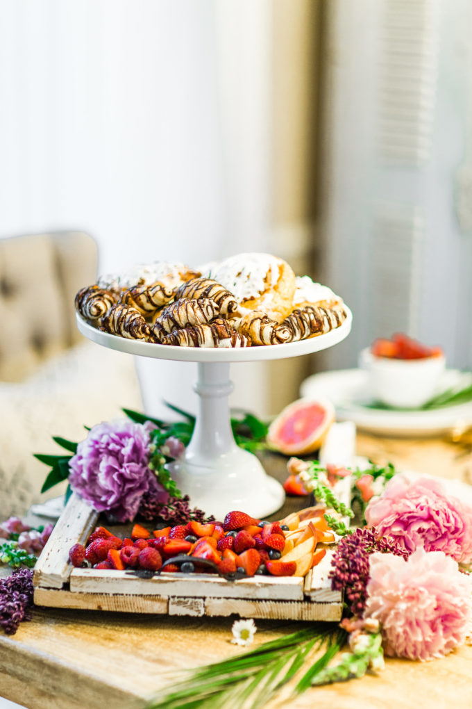 Lifestyle and Entertaining blogger Lexi of Glitter, Inc. shares her 5 Steps to An Unforgettable, Easy and Chic Summer Brunch. | glitterinc.com | @glitterinc
