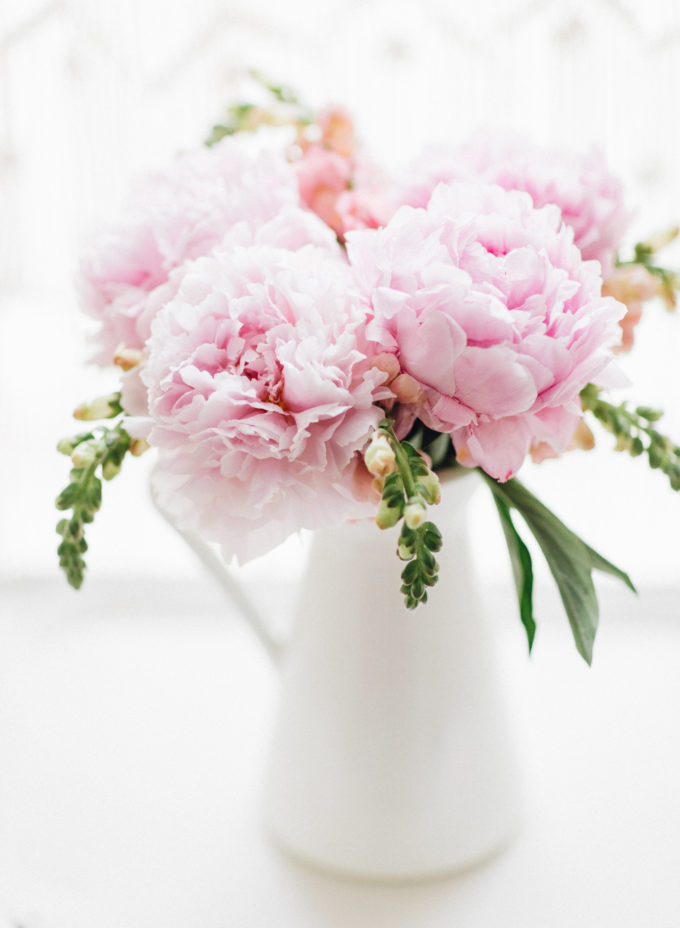 A few little love notes to the things I loved most this week, including peonies, ladies who lotion, a perfect skirt with vintage vibes, and chocolate chip honey oatmeal cookies. | glitterinc.com | @glitterinc