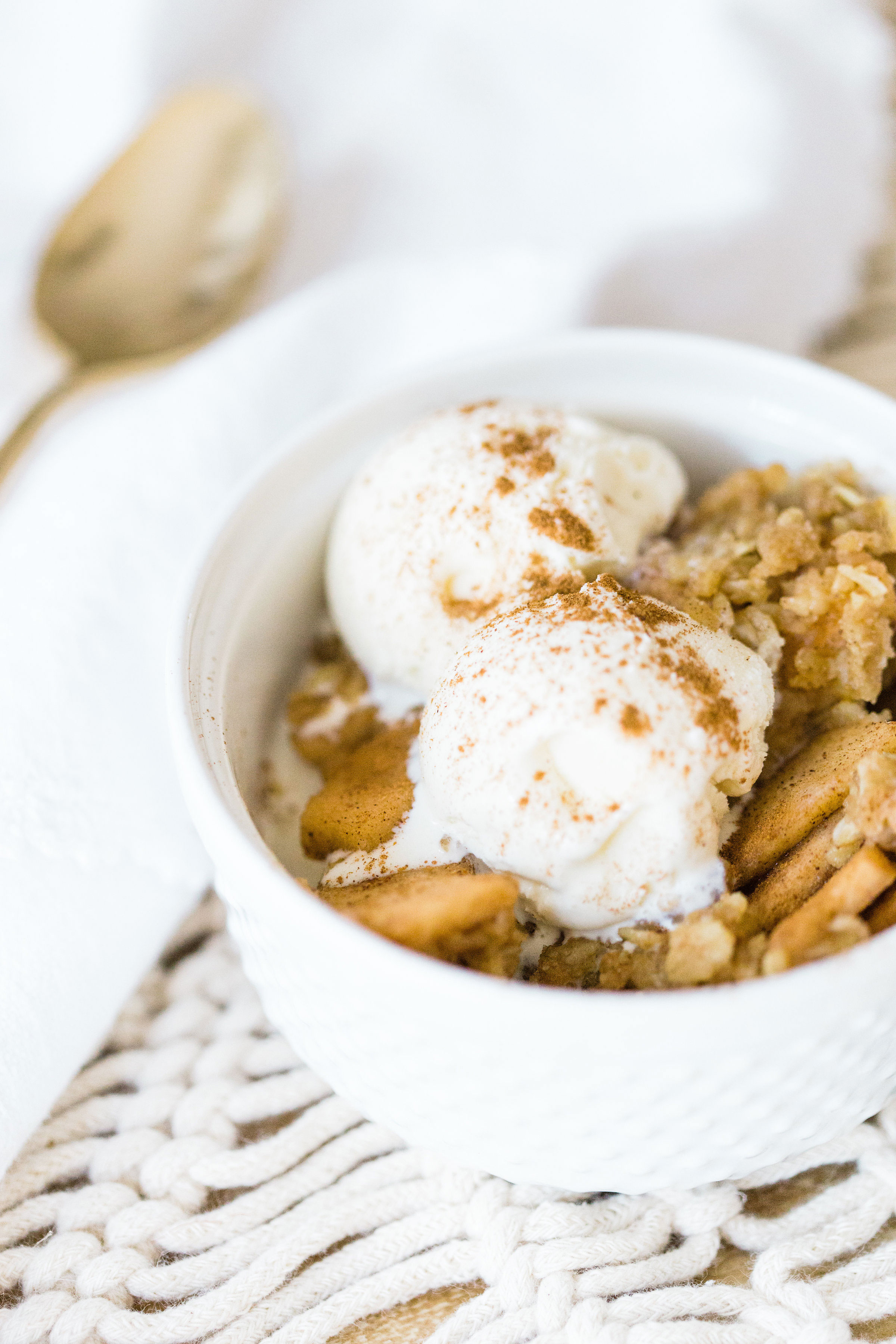 Foodie blogger Lexi of Glitter, Inc. shares how to make no-fuss slow cooker apple crisp, full of juicy apples, warm brown sugar, and a buttery crumbly topping. Click through for the recipe. | glitterinc.com | @glitterinc