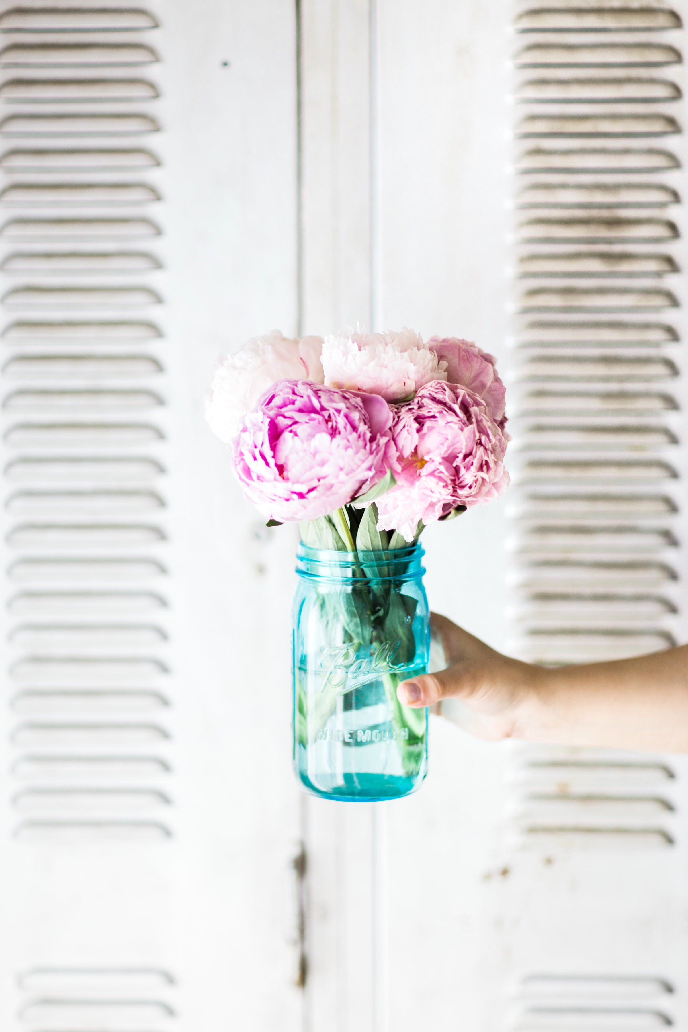A few little love notes to the things I loved most this week, including summer peonies, big mermaid birthday plans, and brownie cupcakes. Click through for the details. | glitterinc.com | @glitterinc