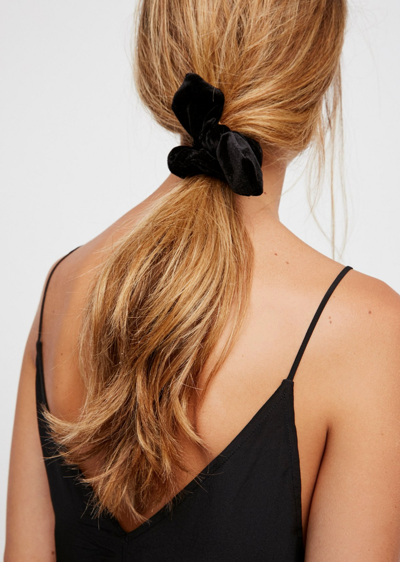 Beauty trends making a comeback: the low-slung ponytail (and why you'll love this easy hairstyle!) Knotted Velvet Scrunchie. | glitterinc.com | @glitterinc