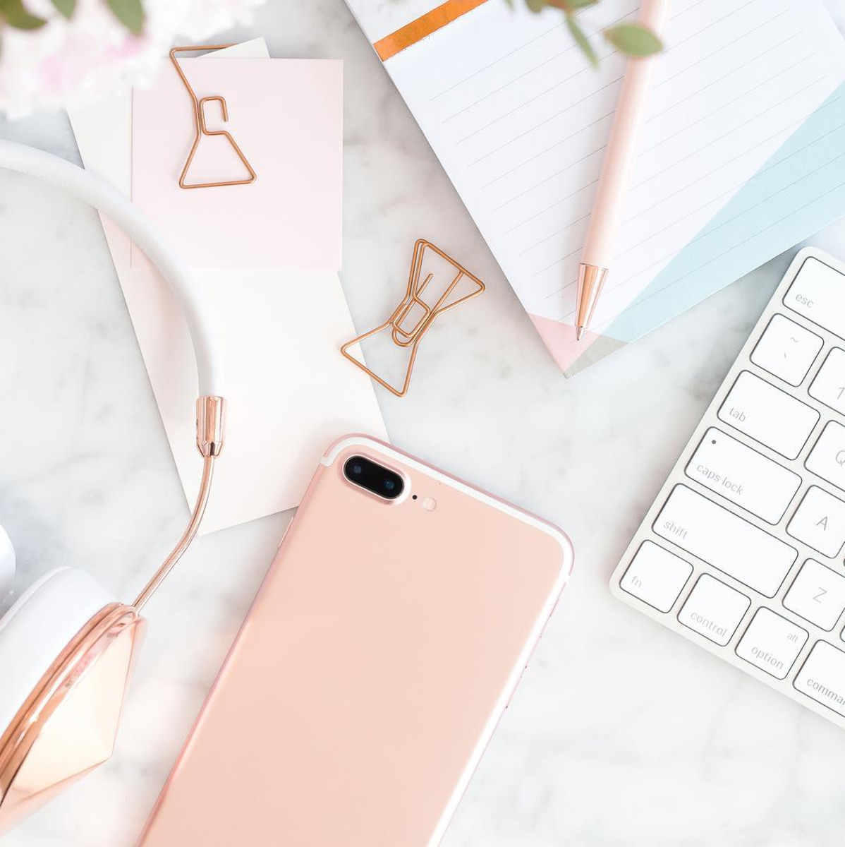 Lifestyle blogger Lexi of Glitter, Inc. shares a few little love note to the things loved most this week, plus weekend plans (psst ... they involve work, but at least the desk is pretty.) Click through for the details. | glitterinc.com | @glitterinc