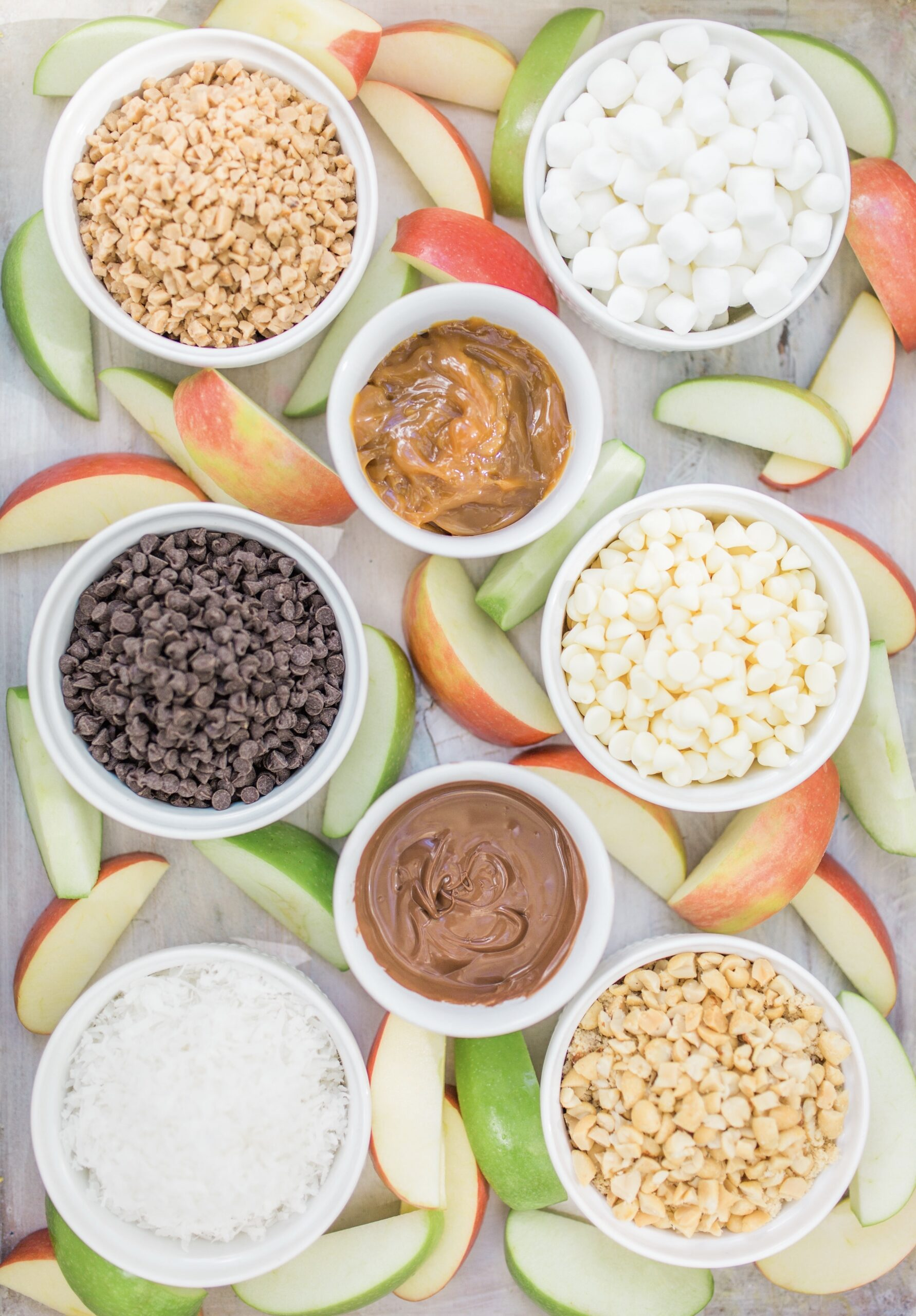 Celebrate all things fall and make your own DIY caramel apple bar: the perfect easy dessert for Halloween, Thanksgiving, and everything in between! | glitterinc.com | @glitterinc