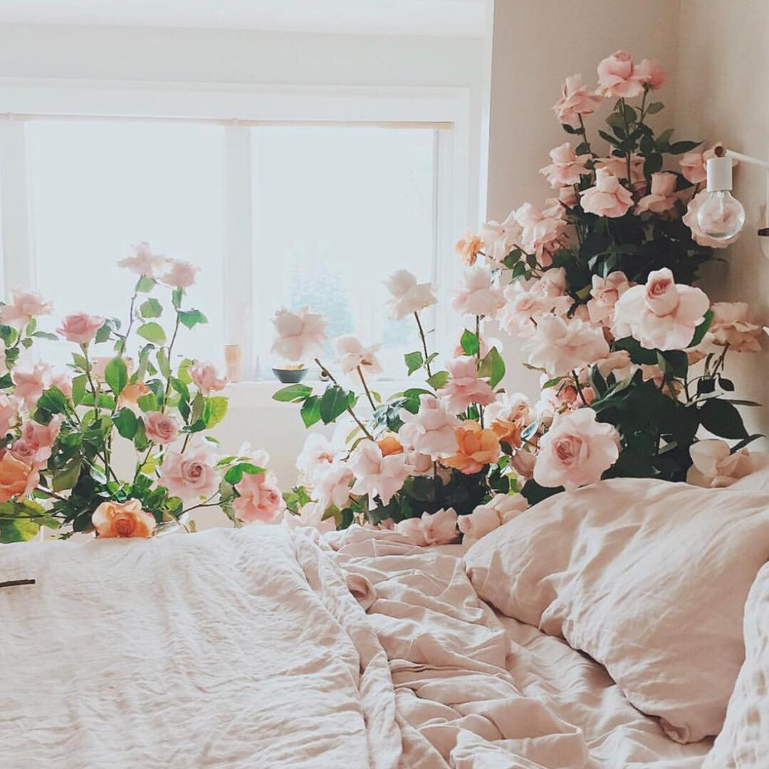 Lifestyle blogger Lexi of Glitter, Inc. shares a few little love notes to the things she loved most this week, including this dreamy bed surrounded by flowers, the why behind celebrity airport fashion, whether stale water exists, chocolate-espresso and caramel sandwich cookies, and more. | glitterinc.com | @glitterinc