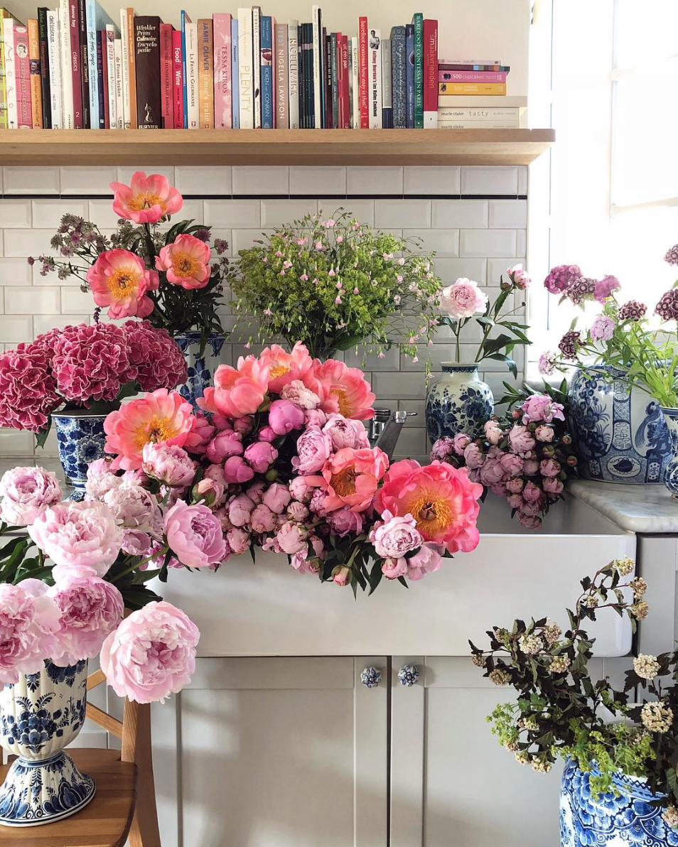 Lifestyle blogger Lexi of Glitter, Inc. shares a few little love notes to the things she loved most this week, including all of the gorgeous flowers via cakeatelieramsterdam. #flowers #books #kitchensink | Click through for the details. | glitterinc.com | @glitterinc