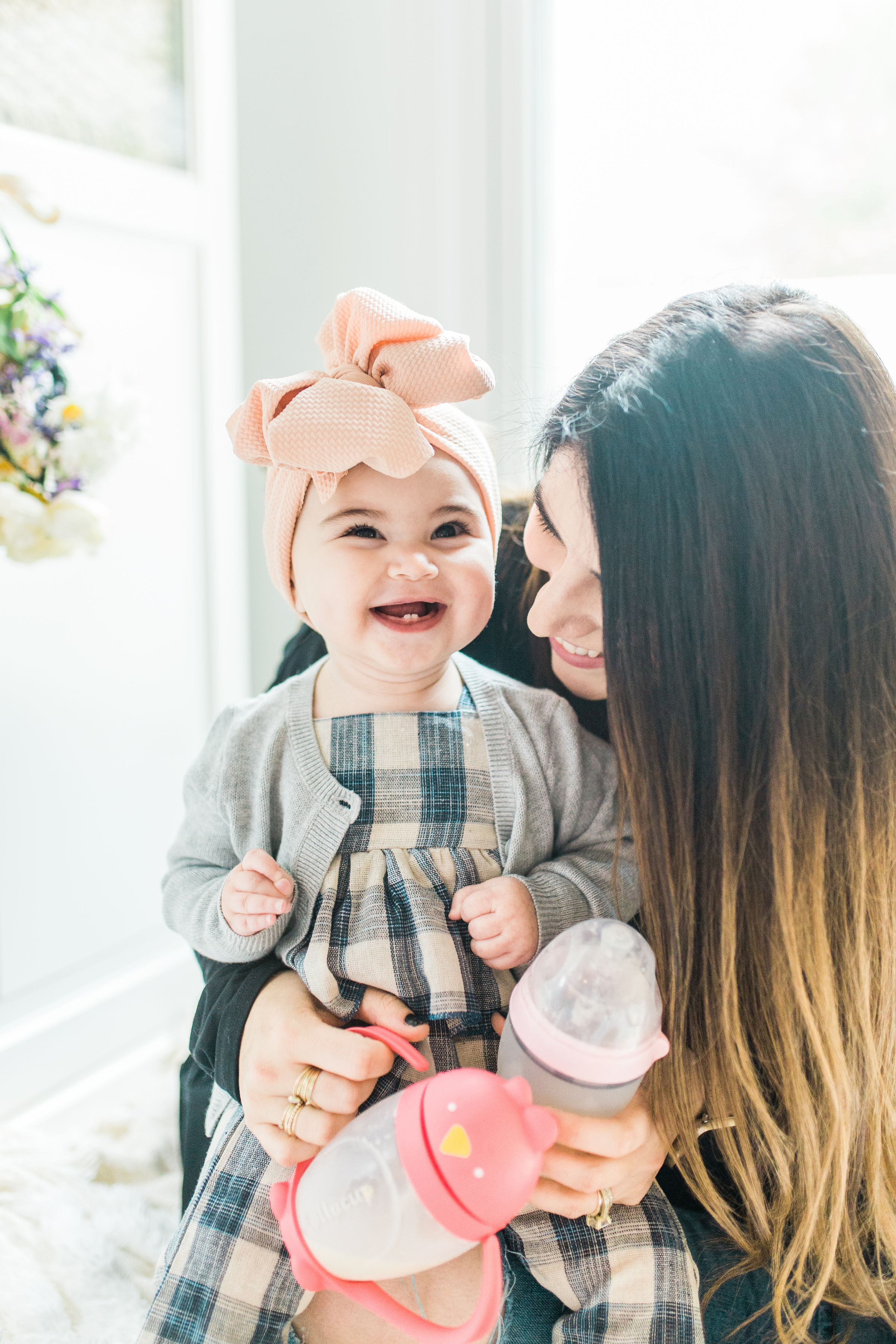 Transitioning your baby from a bottle to a sippy cup CAN be stress-free and fun; and we're breaking down exactly how you can make the switch in just a few easy steps. You've got this, mama. Click through for the details. #baby #sippycup #bottle | glitterinc.com