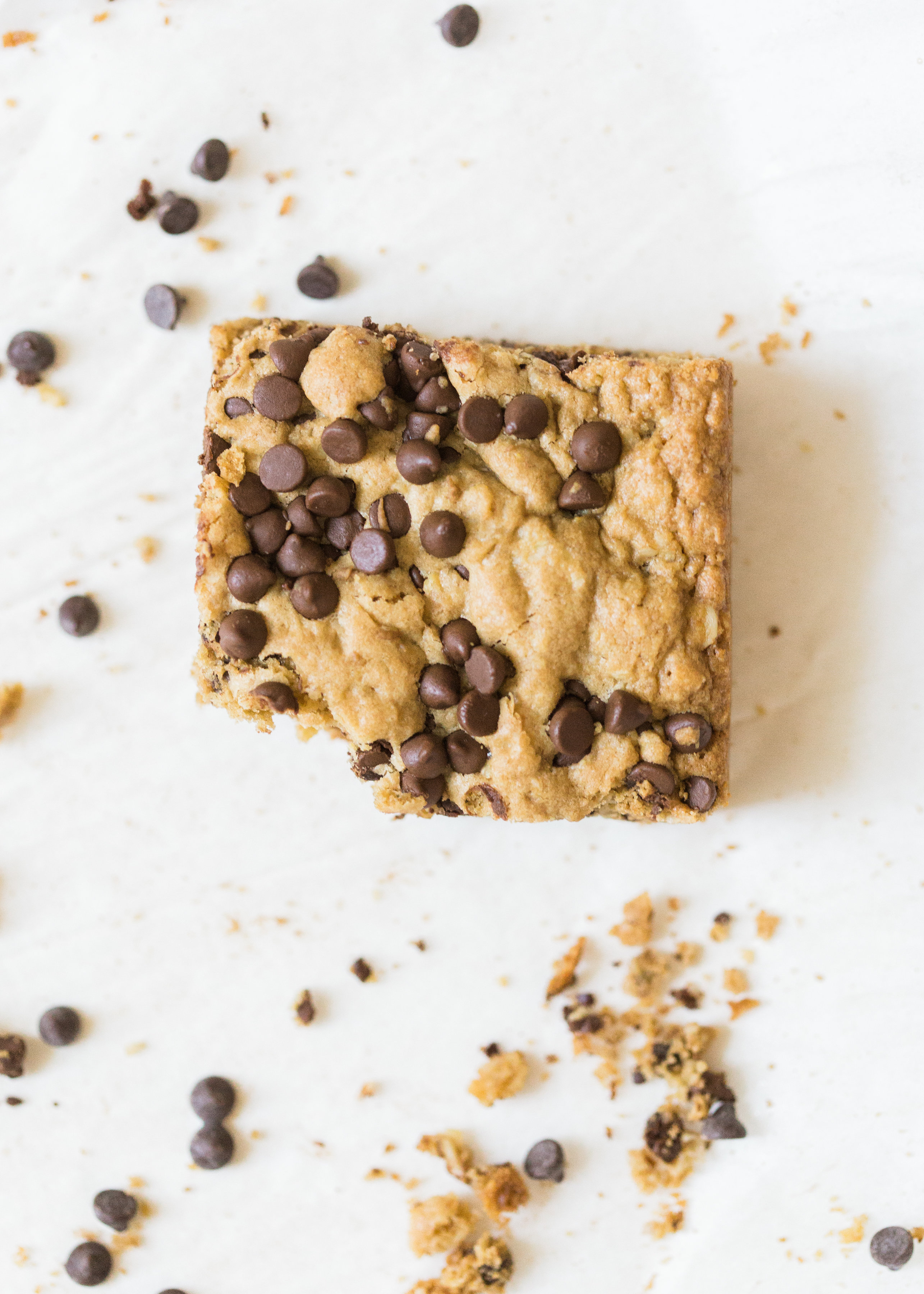 Delicious chocolate chip oatmeal cookies made extra simple by baking them up in a big batch of bars, these super moistchocolate chip oatmeal cookie bars are a favorite of our whole family, and for good reason! Click through for the #recipe. #oatmealcookies #oatmealcookiebars #cookiebars  #oatmealcookierecipe #dairyfree | glitterinc.com | @glitterinc
